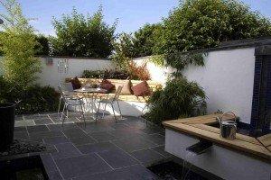 Het terras het punt waar u samenkomt in de tuin - Dek een terras met tegels ...
